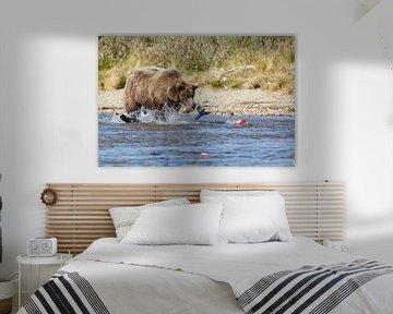 Grizzly beer jagend op rode zalm  van Menno Schaefer
