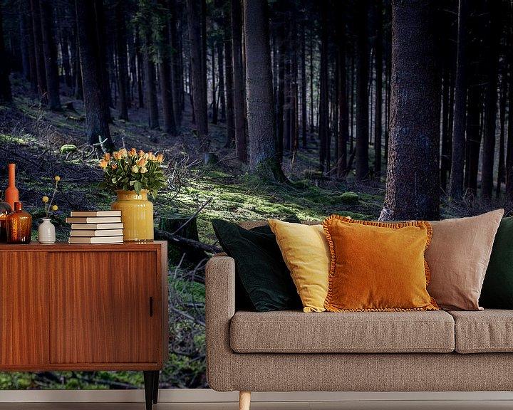 Sfeerimpressie behang: Zonnestraal in een donker woud van Fleur Halkema