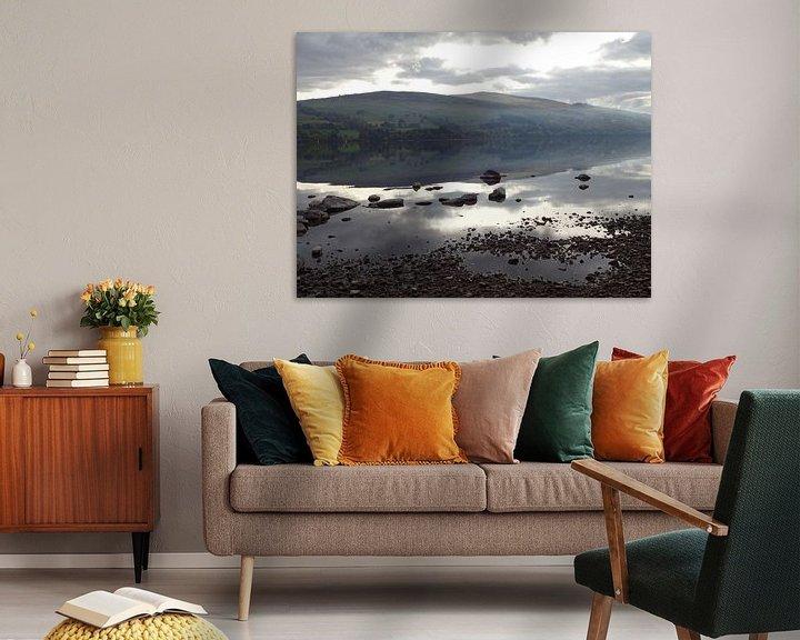 Sfeerimpressie: Rustig nevelig meer in Schotland van Peter Polling