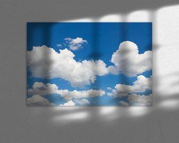 Blauwe lucht met witte wolken van Ben Schonewille