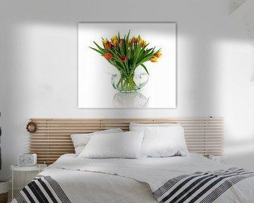 rode en gele tulpen in  glazen pot