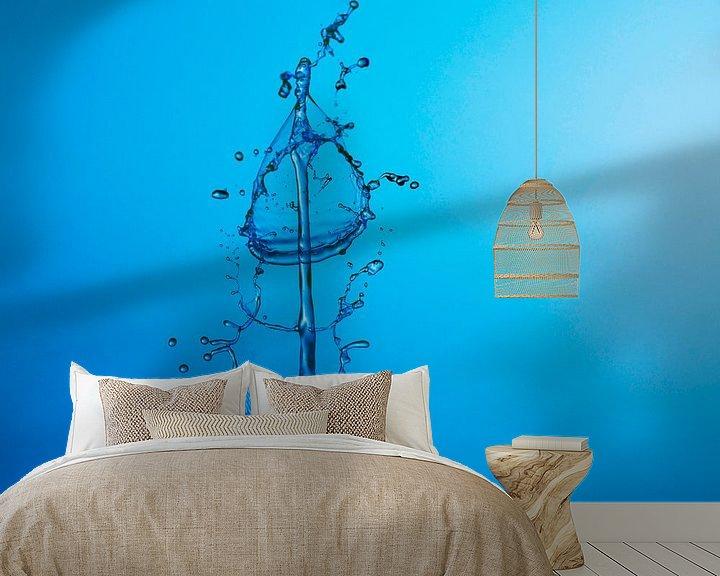 Sfeerimpressie behang: 3 Druppel Blauw Wonder. van Hans Krijnen