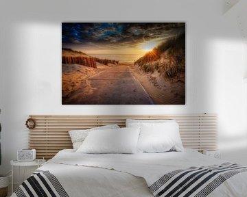 strandopgang tijdens een zonsondergang van eric van der eijk