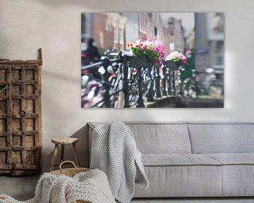 Kleurrijke bloemen op Amsterdamse gracht van Juliette Arts