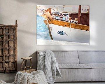Griekse vissersboot met geluksoog van Victor van Dijk