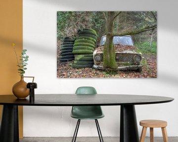Verlaten auto ergens in het bos von Beyond Time Photography