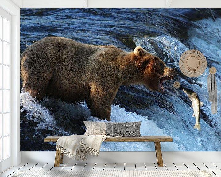 Sfeerimpressie behang: Bruine beer in Alaska van Jos Hug