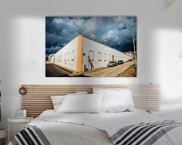 Weißes Gebäude mit dunklen Wolken von Fred Leeflang