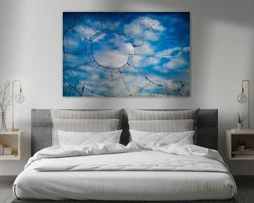 Zerbrochenes Fenster mit Wolken dahinter von Fred Leeflang
