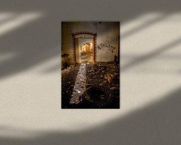 Tür in verfallenem Gebäude mit Sonnenlicht. von Fred Leeflang