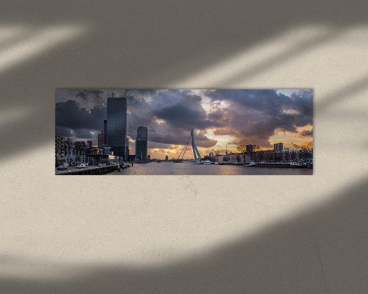 Sfeerimpressie: Skyline Rotterdam met intense zonsondergang. van Prachtig Rotterdam
