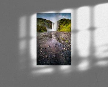 Skogafoss waterval in IJsland van Albert Dros
