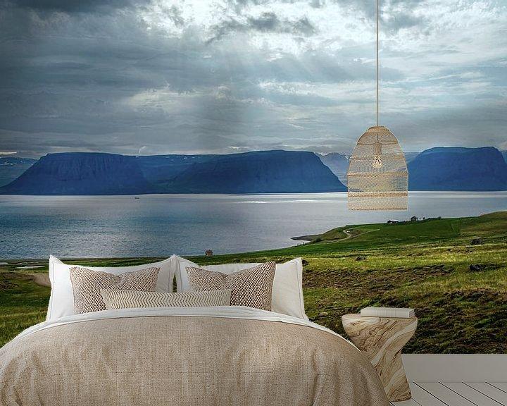 Sfeerimpressie behang: Het water van de waterval stroomt het Arendsfjord in, IJsland van Rietje Bulthuis