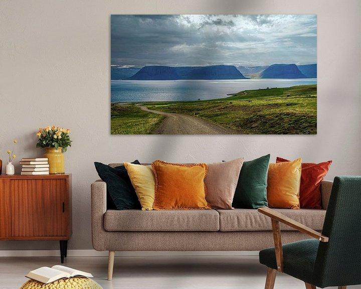 Sfeerimpressie: Het water van de waterval stroomt het Arendsfjord in, IJsland van Rietje Bulthuis