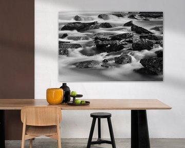 Stenen in waterval (zwart wit) van Marc Smits