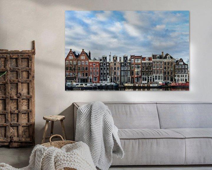 Sfeerimpressie: Gevels langs de Amstel in Amsterdam. van Don Fonzarelli
