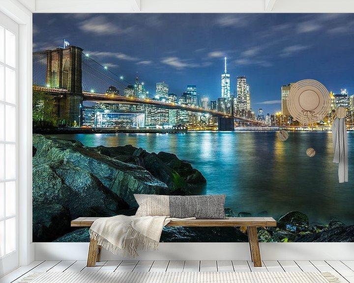 Sfeerimpressie behang: The Brooklyn Bridge + Skyline (Night) van Fabian Bosman