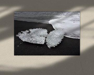 Gletsjer ijssculptuur op zwarte zand bij ijsmeer Jokulsarlon, Ijsland van Jutta Klassen