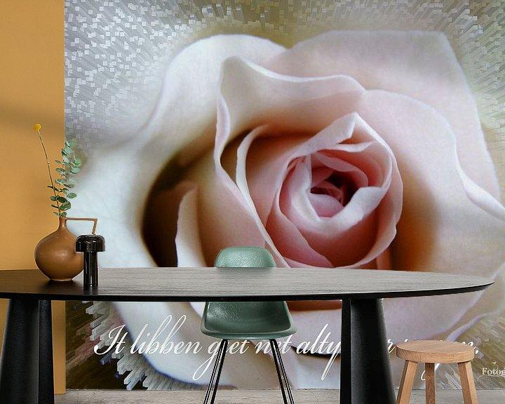 Sfeerimpressie behang: Roos - Roze Roos - Fryske spreuk -  van Fotografie Sybrandy