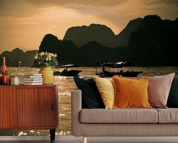Sfeerimpressie behang: Bootjes in de zon in Vietnam van Godelieve Luijk