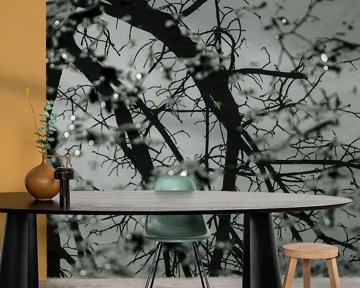 Sfeerimpressie behang: Weerspiegeling boom en takken in water van Godelieve Luijk