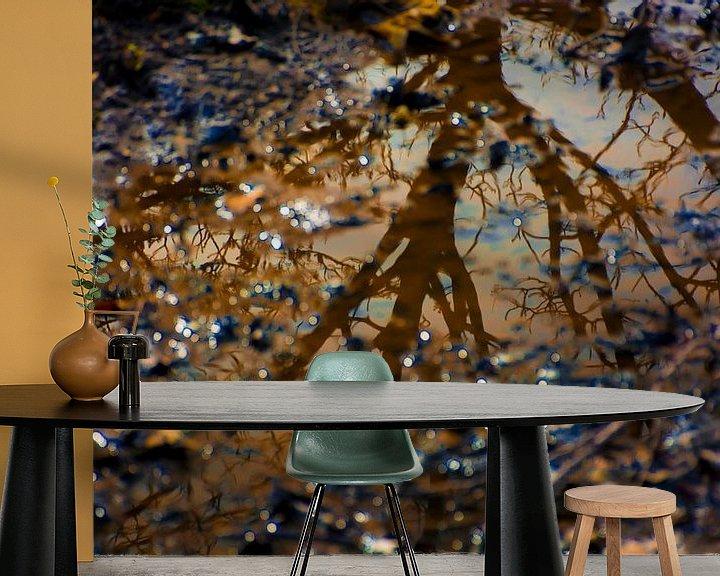 Sfeerimpressie behang: Weerspiegeling boom in water van Godelieve Luijk