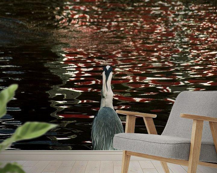 Sfeerimpressie behang: Reiger aan de waterkant van Godelieve Luijk