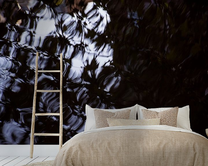 Sfeerimpressie behang: Reflectie in het water van Godelieve Luijk