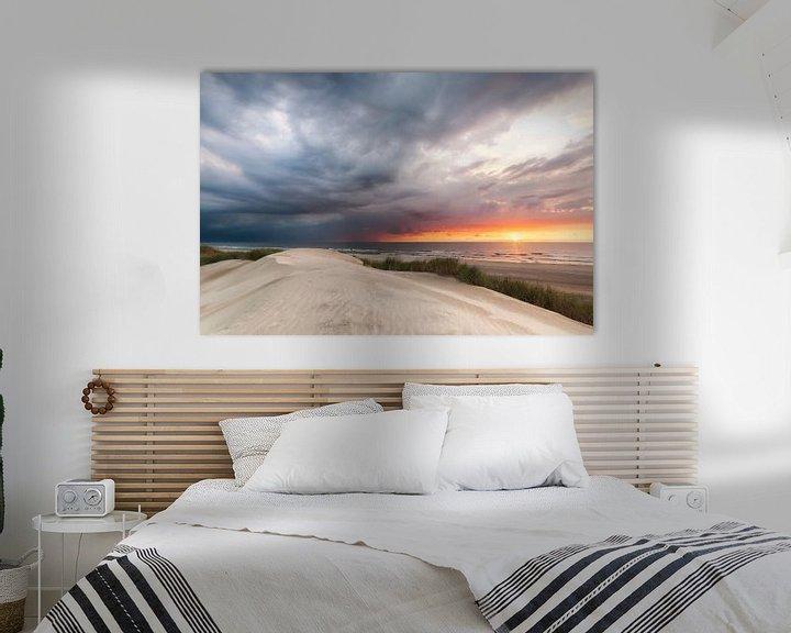 Sfeerimpressie: Een naderend onweer bedreigt de zonsondergang. van Fotografie Egmond