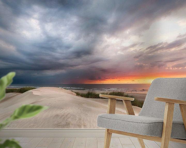Sfeerimpressie behang: Een naderend onweer bedreigt de zonsondergang. van Fotografie Egmond