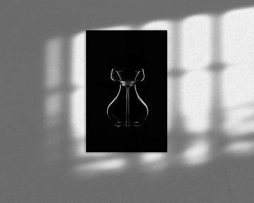 Stilleven in zwartwit - Cocktailglas en karaf op zwarte achtergrond van Pascal Heymans