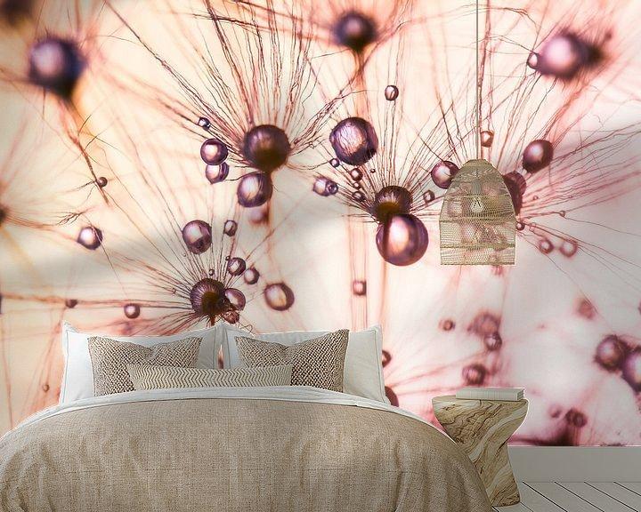 Sfeerimpressie behang: Meerdere druppels op Paardenbloem pluisjes van Mark Scheper