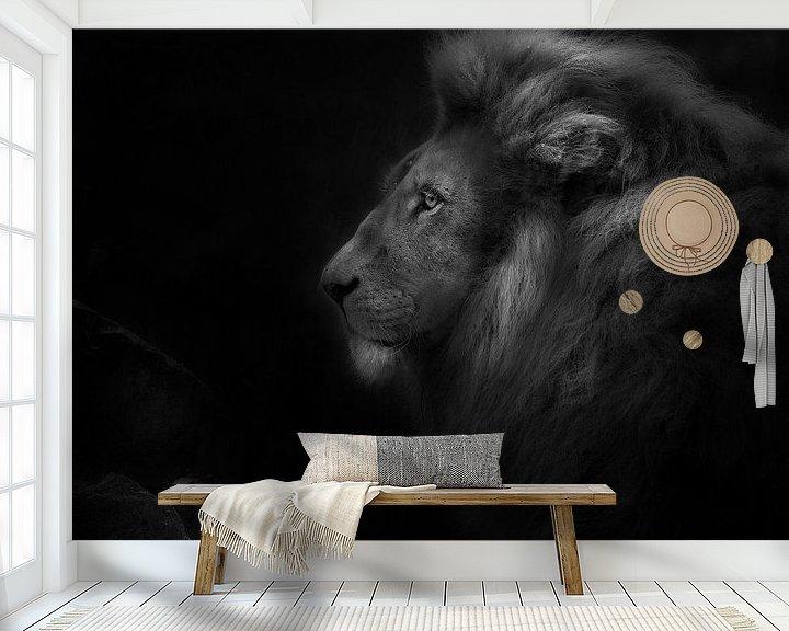 Sfeerimpressie behang: Royalty, portret van een leeuw van Ruud Peters