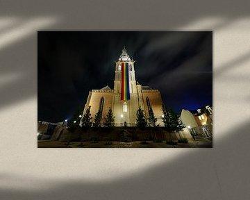 Sint-Stevenskerk in Nijmegen met regenboogvlag von Merijn van der Vliet