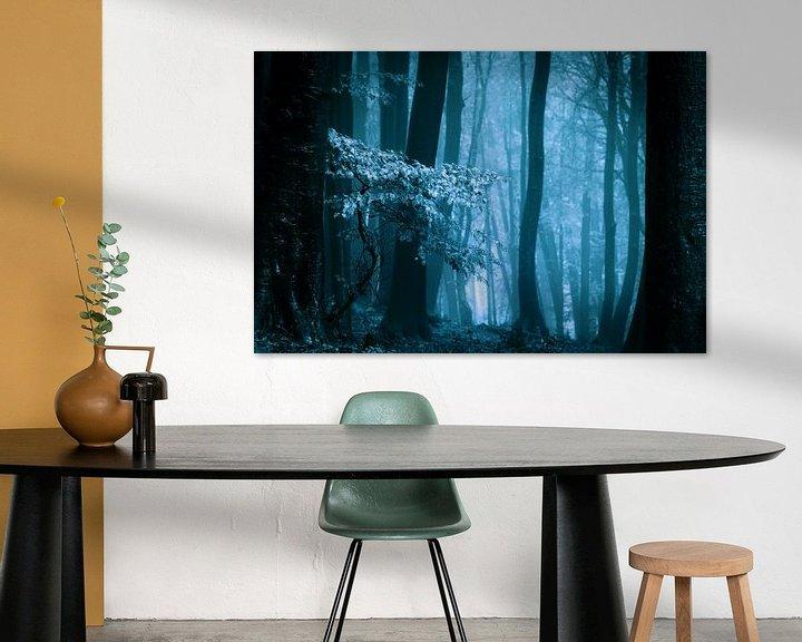 Sfeerimpressie: Mistig bos met herftsbladeren (blauwtinten) van Mark Scheper