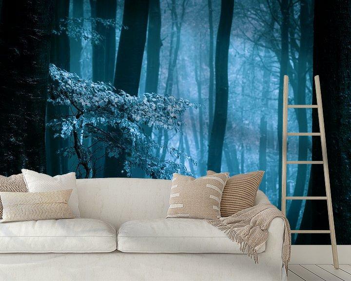 Sfeerimpressie behang: Mistig bos met herftsbladeren (blauwtinten) van Mark Scheper