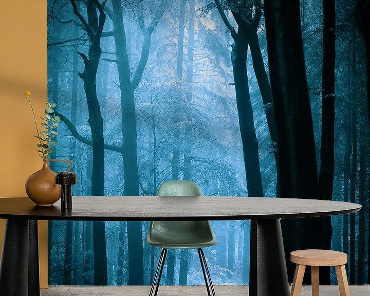 Sfeerimpressie behang: Naar het licht - blauw van Mark Scheper