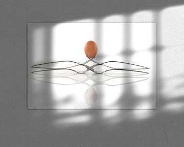 een ei balanceert op 6 vorken van Compuinfoto .