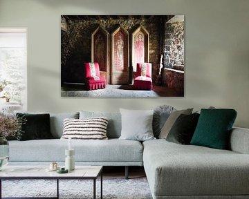 Rote Stühle mit Kunstwerken. von Roman Robroek
