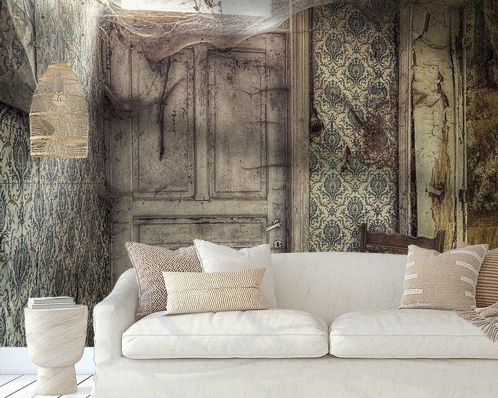 Sfeerimpressie behang: Lost Place - verlaten plaats - deur met spinnenwebben van Carina Buchspies