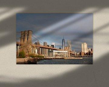 Brooklyn Bridge, en de Lower Manhattan Skyline van Dennis Wierenga