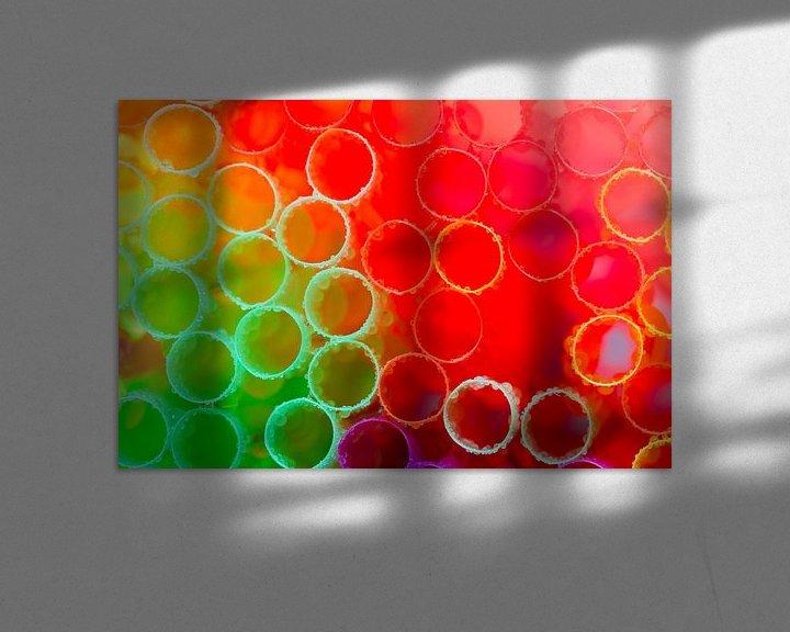 Sfeerimpressie: Groen, rood en paars gekleurde rietjes met waterdruppels van Mark Scheper
