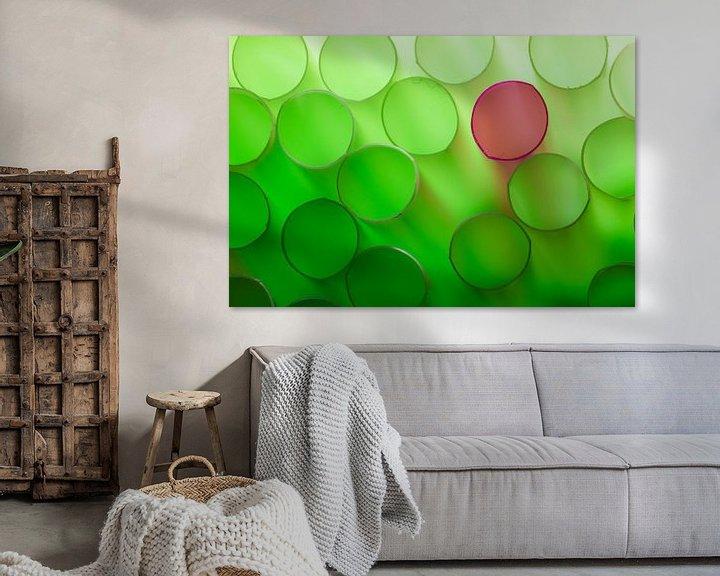 Sfeerimpressie: Groene rietjes met een rode daartussen van Mark Scheper