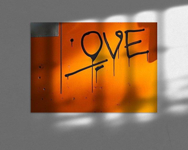 Sfeerimpressie: Liefdevolle grafitti op oranje muur van Maerten Prins