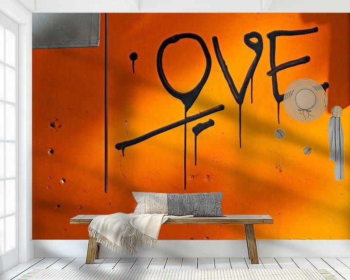 Sfeerimpressie behang: Liefdevolle grafitti op oranje muur van Maerten Prins