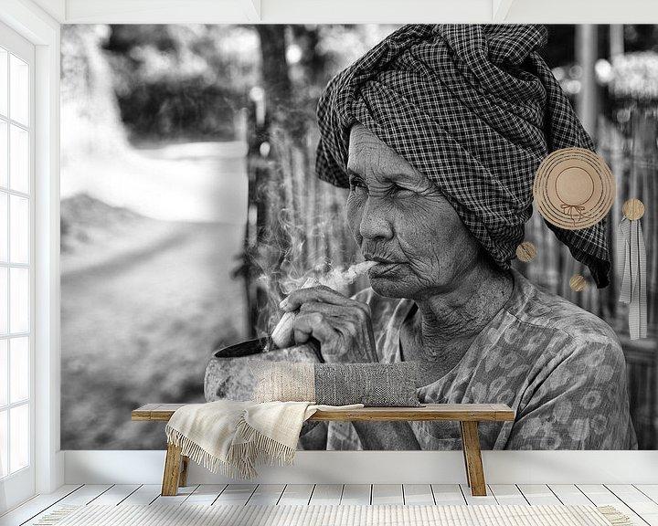 Beispiel fototapete: Alte faltige Frau raucht traditionelle Stumpen Zigarre vor ihrem Haus in Baghan in Myanmar von Wout Kok