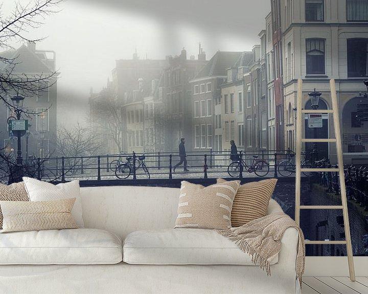Sfeerimpressie behang: Straatfotografie in Utrecht. De Maartensbrug in Utrecht met voetgangers in de mist van De Utrechtse Grachten