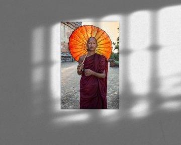 Jonge monnik voor een budhistisch klooster in Baghan. Wout Kok One2expose van Wout Kok