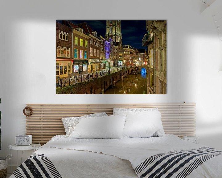 Sfeerimpressie: Gracht Utrecht met Domtoren (  Oudegracht ) van Anton de Zeeuw