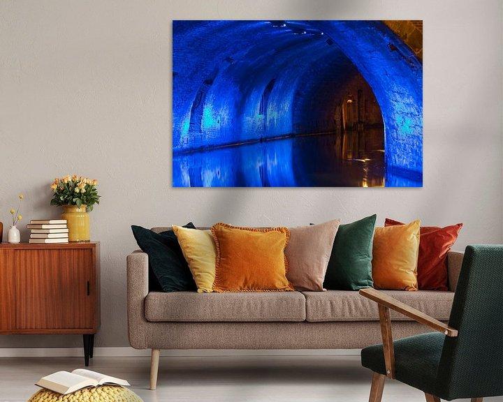 Sfeerimpressie: Verlichte onderdoorgang gracht Utrecht van Anton de Zeeuw